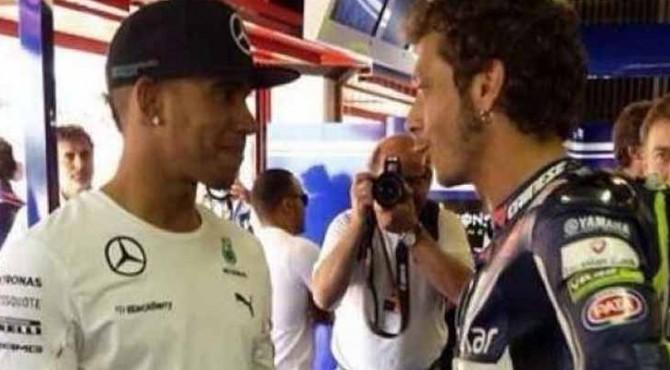 Juara dunia F1, Lewis Hamilton, saat berjumpa dengan pebalap MotoGP, Valentino Rossi.