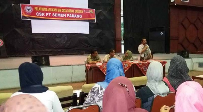 Sejumlah pengurus Forum Nagari di Kecamatan Lubuk Kilangan, Lubeg dan Pauh mengikuti pelatihan Aplikasi SIM Data Sosial dan LKN di GSG PT Semen Padang, Jumat (29/4/2016) siang
