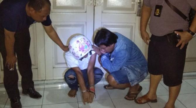 Anang (Baju Putih) Saat Diamankan Oleh Petugas Polres Payakumbuh