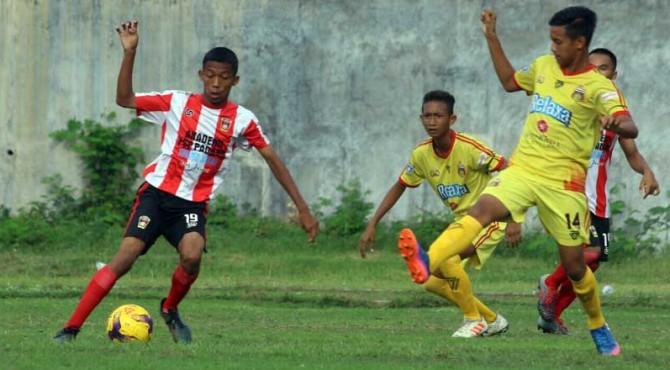 Pemain PSP Padang saat melewati para pemain dari Jawa Timur.