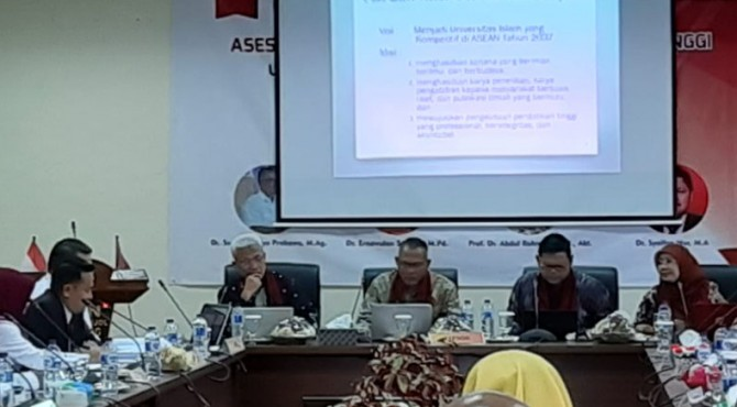 Civitas Akademika UIN IB Padang memberikan penjelasan kepada tim Asesmen Lapangan dalam rangka akreditasi institusi UIN dari BAN-PT