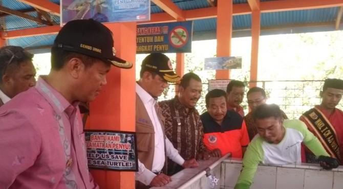 Kepala BNPB, Doni Monardo saat singgah di penangkaran Penyu Desa Apar.