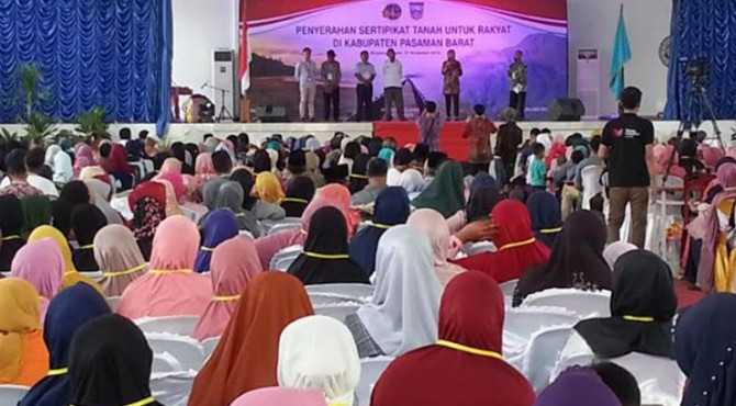 Penyerahan sertifikat PTSL kepada masyarakat secara simbolis di Balerong Pusako Anak Nagari, Simpang Empat, Kabupaten Pasbar.