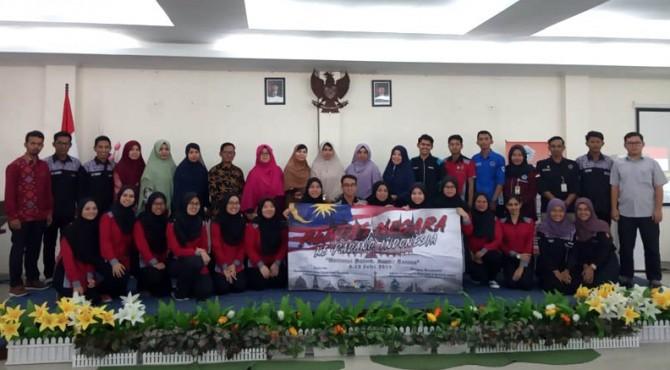 Foto bersama mahasiswa dan dosen UKM Malaysia dengan STIKes Fort de Kock Bukittinggi