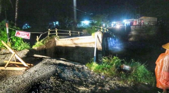 Jembatan Sungai Pangkua KPGD Solsel putus dihantam banjir,