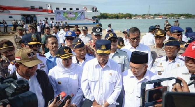 Menhub bersama Gubernur Jatim menjawab pertanyaan wartawan di Pelabuhan Kalianget, Kabupaten Sumenep, Senin (3/6).