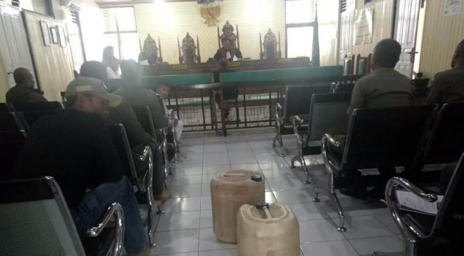 Pelaksanaan sidang terhadap penjual miras di Payakumbuh.