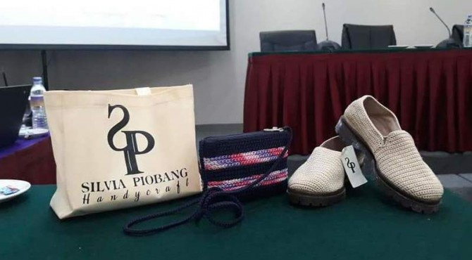Kerajinan tangan dari bahan benang Silvia Piobang penyandang disabilitas di Kota Padang