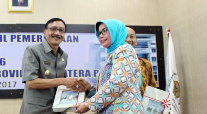 Bupati Pessel Hendrajoni saat menerima penghargaan opini WTP dari Kepala BPK-RI Perwakilan Sumbar.