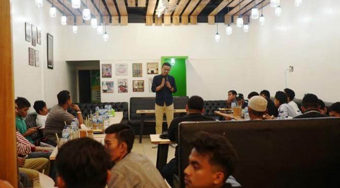 Faldo berdiskusi dengan sejumlah warga dalam salah satu kunjungannya. IST
