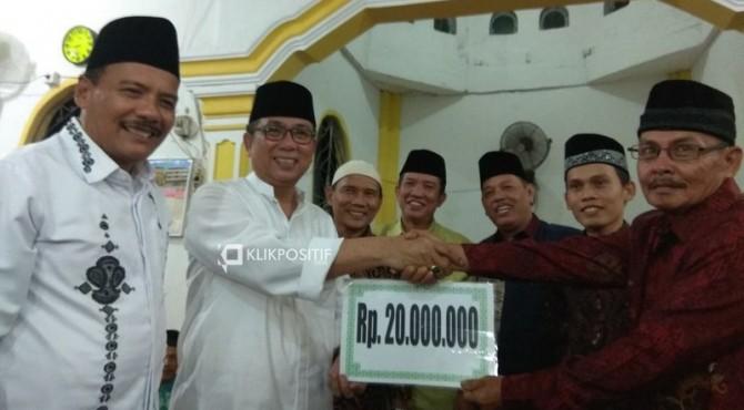 Penyerahan bantuan secara simbolis oleh Sekdaprov Sumbar Alwis kepada pengurus Masjid Nur Yaqin Lampanjang, Kenagarian Rawang Gunung Malelo Surantieh, Kecamatan Sutera