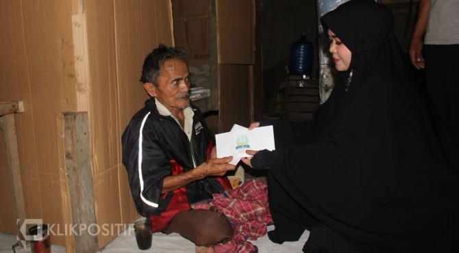 Siti Rahmah Yanti selaku Korwil S3 Bukittinggi-Agam serahkan bantun secara simbolis kepada Syafruddin