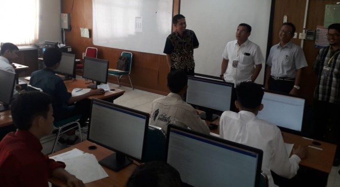 Direktur Politeknik Negeri Padang, Surfa Yondri  (dua dari kiri) didampingi wakil Direktur II, Anton, meninjau pelaksanaan ujian UMBK mahasiswa baru kelas kerjasama dengan Trakindo, Sabtu, 11 Mei 2019.