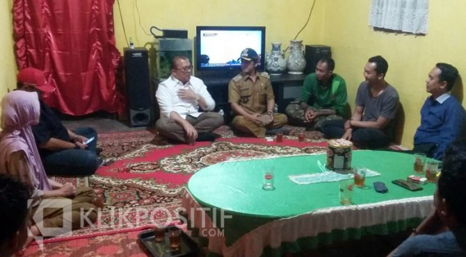 Tokoh Luak Limopuluah, M Rahmad saat mengunjungi rumah keluarga Leni, Senin (28/10) sore.
