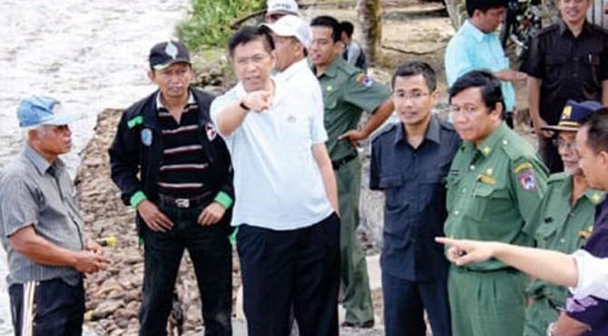 Anggota DPR dari Fraksi Demokrat, Mulyadi (baju putih) saat meninjau salah satu� program PPIP dan irigasi di Limapuluh Kota