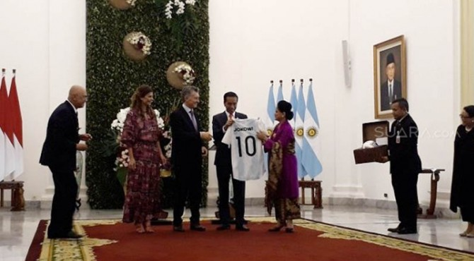 Presiden Jokowi menerima buah tangan dari Presiden Argentina, Mauricio Macri berupa jersey dengan nomor punggung 10.
