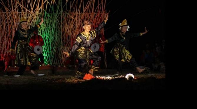 Salah satu penampil kesenian tradisi Tari Piring di Sentak Arts Festival.