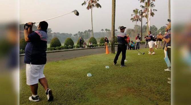 Pemukulan bola asap oleh ketua ikafe Novrihandri dan rektor unand tafdil husni tanda dimulainya turnamen golf.