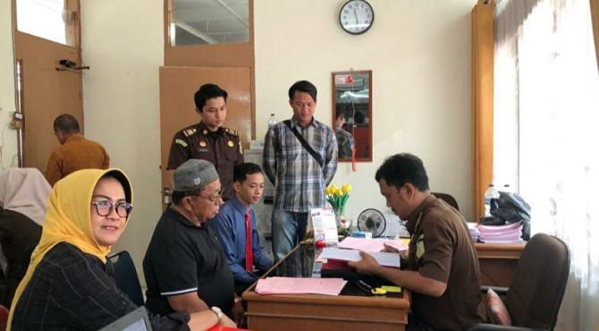 Petugas Kejari Solok melimpahkan berkas perkara kasus Karhutla kepada pihak Kejaksaan Negeri Solok