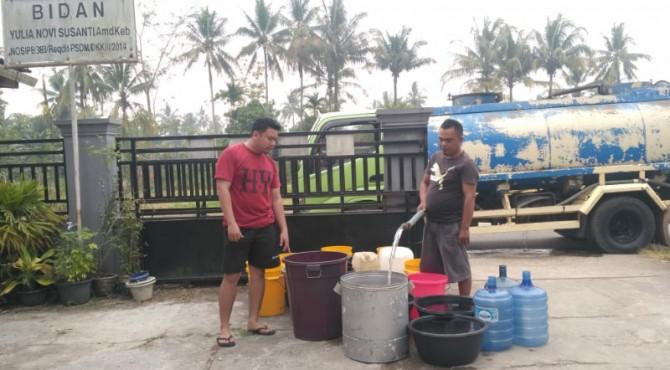 CSR Semen Padang salurkan air bersih untuk masyarakat sekitar Lubuk Kilangan, Senin (23/9)
