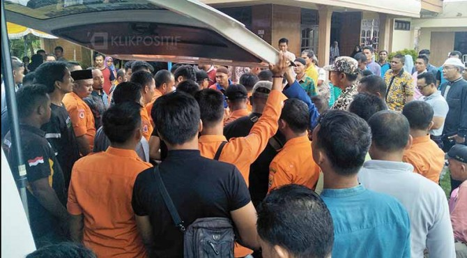 Tampak teman seprovesi menyambut jenazah korban (Ronal) pada pukul 14.12 WIB di Rumah Duka, jalan Diponegoro, Pariaman.