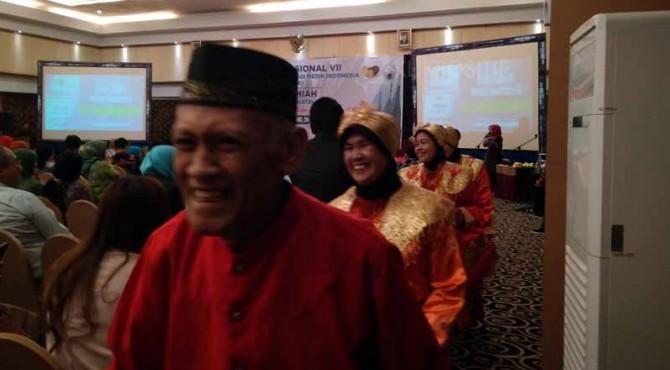 Anggota lansia menarikan Tari Selendang dalam acara Kongres Nasional VII Perhimpunan Gerontologi Medik Indonesia.