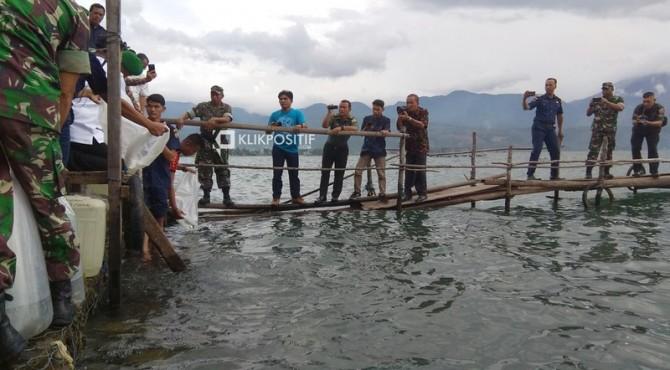 Wagub Sumbar Nasrul Abit melepas bibit ikan di danau Singkarak, Kabupaten Solok, Jumat, 21 Juni 2019