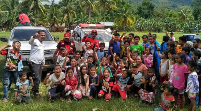 Semen padang Peduli foto bersama dengan anak-anak dan sejumlah masyarakat Nagari Gelugur