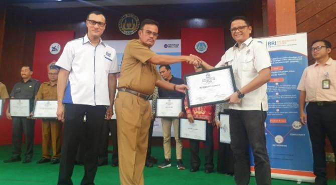 Kepala Unit CSR Semen Padang Muhamad Ikrar (kanan) meneriman penghargaan dari ICSB.