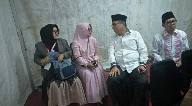 Kontingen Sumbar Anissaul Malikah bersama Sekdaprov Sumbar Alwis dan pelatih