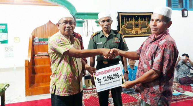Bupati Pasaman, Yusuf Lubis yang diwakili Tim III Safari Ramadhan Kabid UKM, Firya Edwis menyerahkan bantuan