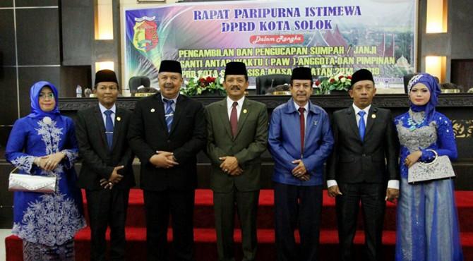 Wako Solok, Zul Elfian dan Ketua DPRD, Yutriscan serta ketua Partai Demokrat, Irzal Ilyas bersama Anggota dan Wakil Ketua yang baru dilantik