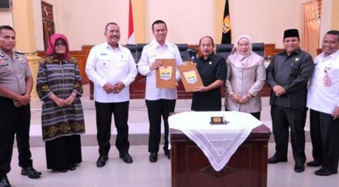 Walikota Pariaman Genius Umar dan Ketua DPRD Faisal menunjukan dokumen pengesahan 3 ranperda inisiatif DPRD Kota Pariaman yang sudah ditandatangani menjadi perda, bersama dengan para wakil ketua dan Forkopimda, di gedung DPRD Kota Pariaman.
