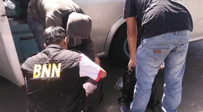 Personel BNNK Payakumbuh periksa barang bawaan penumpang di terminal angkutan daerah setempat, rabu (21/6)