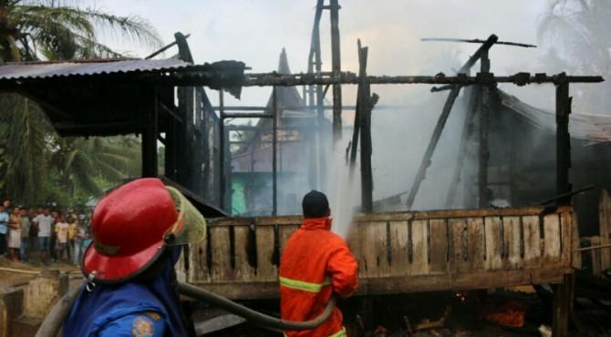 Petugas Damkar Memadamkan Api