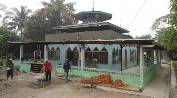Sejumlah pekerja bangunan tengah merenovasi Mushalla Mutaklimin, di Jalan Manunggal, Kelurahan Batu Gadang. Biaya renovasi mushalla tersebut, berasal dari CSR Semen Padang berupa bantuan semen.