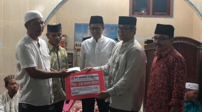 Direktur Operasi PT Semen Padang, Firdasu (dua dari kanan) didampingi Komisaris Khairul Jasmi (kiri) menyerahkan bantuan uang tunai kepada pengurus Masjid Nurul Ikhwan, Rao, Pasaman. Penyerahan bantyan tersebut, turut disaksikan Gubernur Sumbar, Irwan Prayitno (tengah).