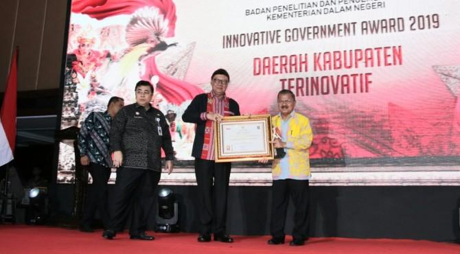 Bupati Ali Mukhni menerima penghargaan dari Menteri Dalam Negeri Tjahyo Kumolo