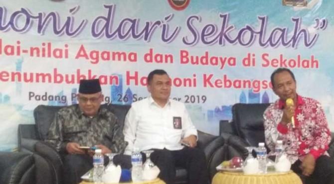 Prof. Duski Samad, Kolonel Sujatmiko dan moderator Eko Yanche Edrie.