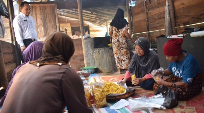 Anggota KWT Padang Baringin saat memproduksi keripik pisang.