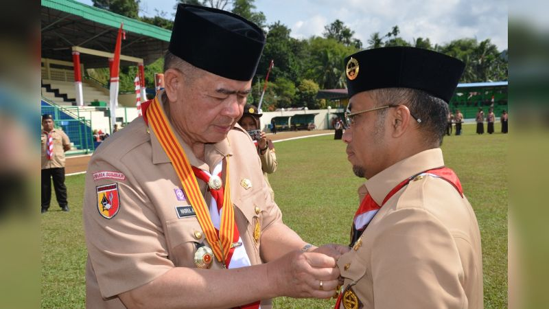 Wakil Gubernur Sumbar Nasrul Abit Saat Menyematkan Lencana Darma Bhakti ke Wakil Bupati Sijunjung Arrival Boy di Lapangan M Yamin Muaro Sijunjung, Kamis 29 Agustus 2019