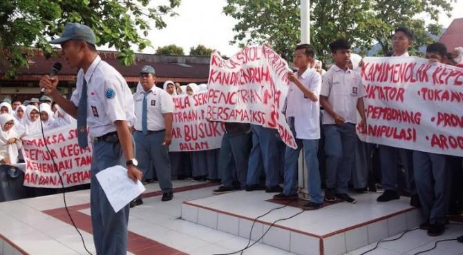 Pelajar di SMAN 5 Padang berunjukrasa di Sekolah