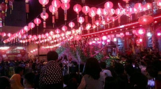 Warga menyaksikan pertunjukkan Barongsai di kelenteng See Hin Kiong, Padang Selatan