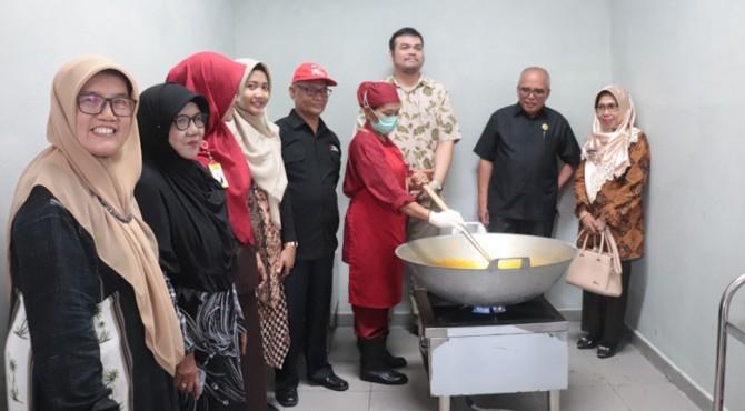 Perwakilan Kemenko Perekonomian saat memantau salah satu IKM rendang di Payakumbuh.