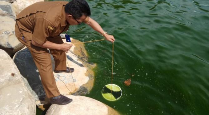 Pengambilan sampel air laut menghijau di Bungus Teluk Kabung, Kota Padang