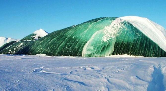 Gunung es berwarna hijau