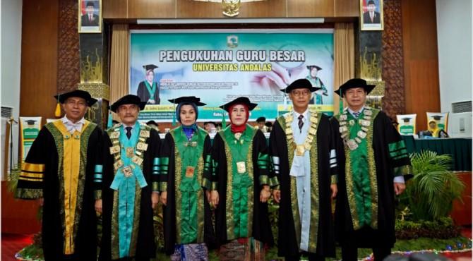 Foto bersama dua guru besar yang dikukuhkan dengan Rektor Unand Tafdil Husni dan Majelis Guru Besar.