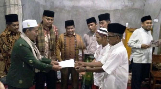 Penyerahan bantuan kepada pengurus masjid