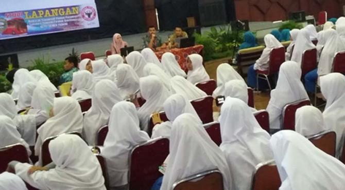 Ratusan santriwati dari Madrasah Tsanawiyah Pondok Pesantren Sumatera Thawalib, Parabek, Bukittinggi, Provinsi Sumatera Barat, mendengar paparan dari manajemen PT Semen Padang terkait sejarah beridirnya PT Semen Padang di Indonesia, selasa (17/5)