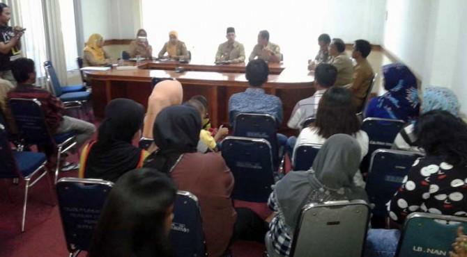 Puluhan pedagang mengadukan nasib mereka ke Wakil Walikota Solok.